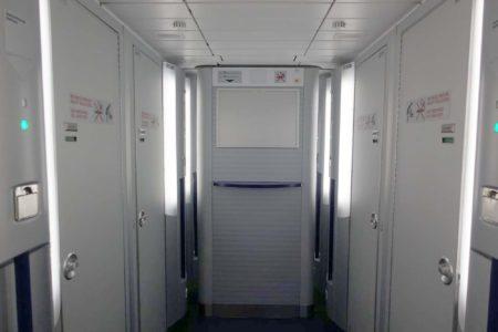 Lavabos en la cubierta inferior de los Airbus A340-600 de Lufthansa.
