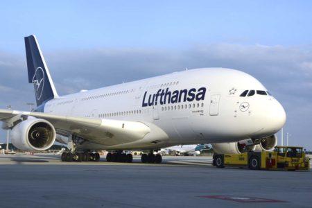 Uno de los Airbus A380 de Lufthansa, hoy retirados de servicio, y que deberán sustituir los aviones cuyos contratos se está renegociando.