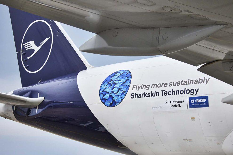 Para anunciar AeroSHARK se ha decorado un B´777F con un adhesivo que muestra el aspecto de los riblets que lo forman.