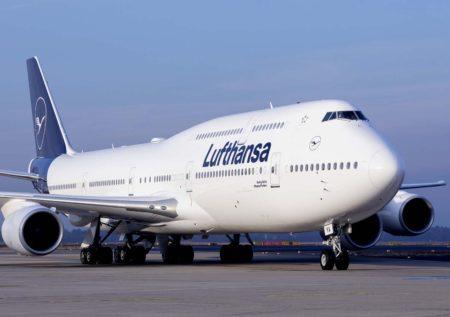 Tras la presentación el Boeing 747-8 con la nueva imagen voló a diversas ciudades alemanas.