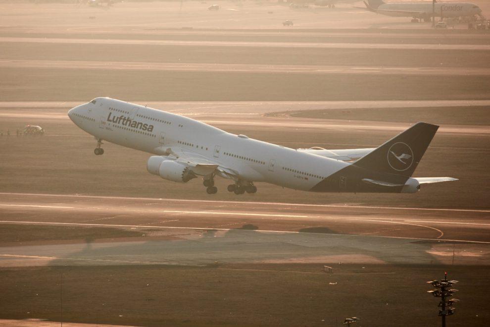 El nuevo azul oscuro de Lufthansa bajo ciertas condiciones de luz parece negro, y eso no ha gustado.