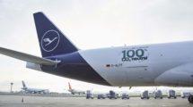 Lufthansa Cargo decoró el Boeing 77F con un emblema para celebrar el vuelo neutro en CO2.