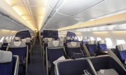 Las pantallas translucidas ayudan a dividir la cabina de business del Airbus A380 de Lufthansa, pero al mismo tiempo ampliar la profundidad de la misma