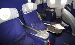 El mando del sistema de entretenimiento queda guardado en el apoyabrazos pero pueden usarse las funciones de ajuste del asiento sin sacarlo