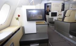 El asiento auxiliar oculta un cofre para objetos personales y dobla como parte final de la cama