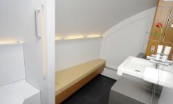 A ambos lados de la escalera delantera Lufthansa ha instalado dos enormes  cuartos de baño para sus pasajeros de primera clase.