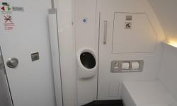 El cuarto de baño de primera clase incluye un urinario que queda discretamente oculto por una pieza móvil