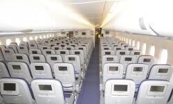 Todos los asientos de clae turista disponen de una pantalla de video individual.