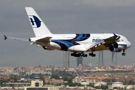 El Airbus A380 9M-MNF, el ejemplar número 100 del modelo, aterrizando en Madrid con el real Madrid a ordo al regreso de su gira de pretemporada.