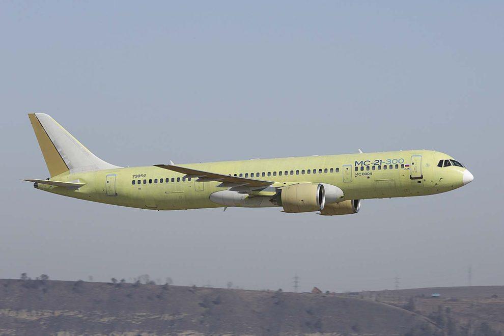 El tercer MC-21-300, matriculado 73054, durante su primer vuelo.