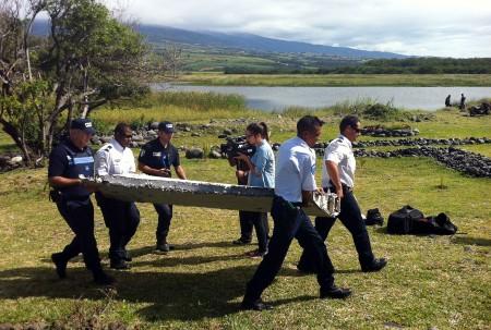 Retirada de la pieza encontrada en la isla de Reunión que podría pertenecer al Boeing 777 del vuelo MH370.