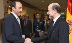 Miguel Ángel Morell (izquierda) felicitado por Pedro Argüelles tras la entrega de su Cruz al Mérito Aeronáutico.