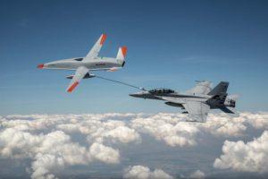 El MQ-25 y el F/A-18F durante el vuelo de repostaje.