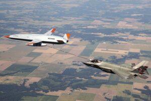 El MQ-25 repostando en vuelo a un F-35C de la Marina de EE.UU.