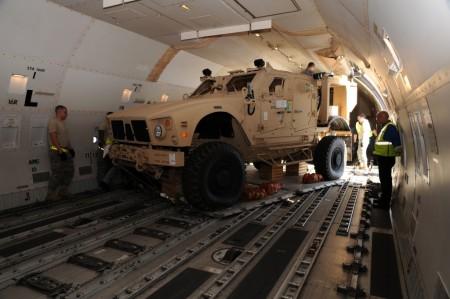 Carga de un vehículo MRAP en un Boeing 747.