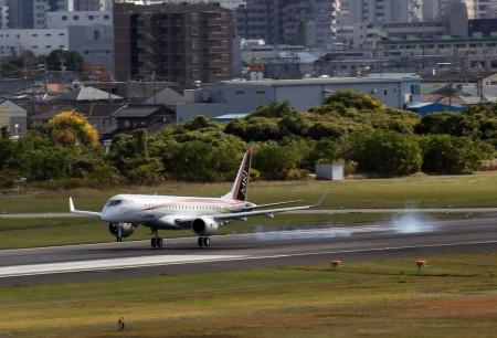 Aterrizaje del MRJ en Nagoya tras una hora y media en el aire.