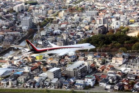 El primer vuelo del MRJ se ha realzado con el tren abajo y escoltado por un Kawasaki T-4 y un Mitsubishi Diamond.