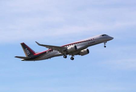 Despegue del Mitsubishi MRJ en su primer vuelo.