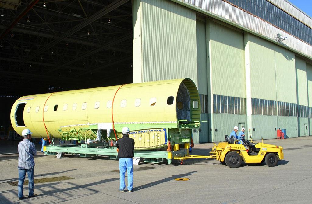 Llegada a la cadena de montaje del fuselaje central del MRJ
