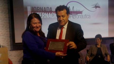 Esther Apesteguía de Fly News recoge la placa ofrecida por la SAE de manos de Juan Manuel Gallego.