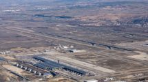 En primer plano la T4 de Madrid barajas, sobre ella, la pista 18R/36L.