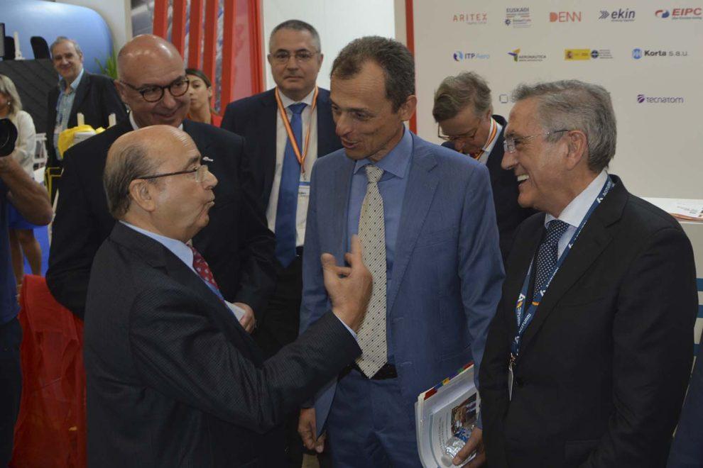 Manuel Torres, Izquierda, conversa con Pedro Duque, entonces ministro de Ciencias, Innovación y Universidades, en el pabellón de Espña en el pasado Salón de Le Bourget.