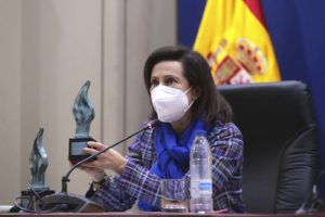 Margarita Robles, ministra de Defensa con los premios Soldado Idoia Rodriguez durnate la entrega de los mismos.