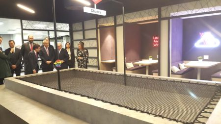 Zona común dedicada a Chueca en las nuevas oficinas de Everis en Madrid.