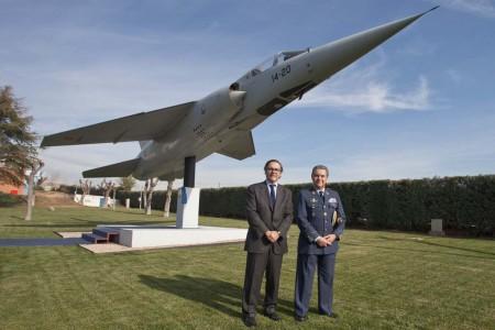 Ignacio Mataix y el general García Arnaiz frente al Mirage F.1 en Ajalvir.