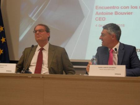 A la izquierda, el CEO de MBDA, Antoine Bouvier, acompañado del director general de MBDA España, Daniel García Guelbenzu