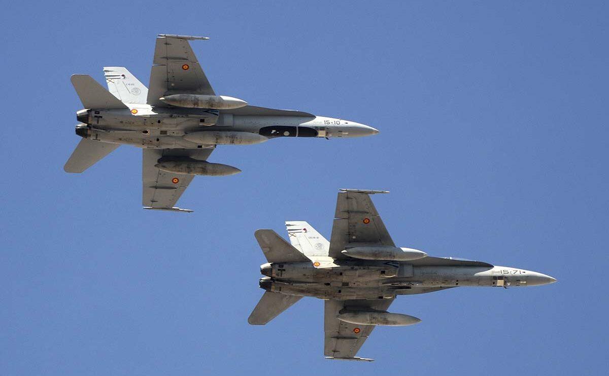 Con y sin falsa cabina ventral, dos F/A-18 del Ala 15.