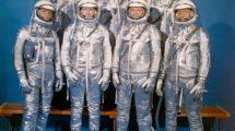 "Fila frontal, de izquierda a derecha: Walter M. Schirra, Jr., Donald K. ""Deke"" Slayton, John H. Glenn, Jr., y M. Scott Carpenter. Fila superior:, Alan B. Shepard, Jr., Virgil I. ""Gus"" Grissom, y L. Gordon Cooper, Jr. El primer grupo de astronautas de la NASA."
