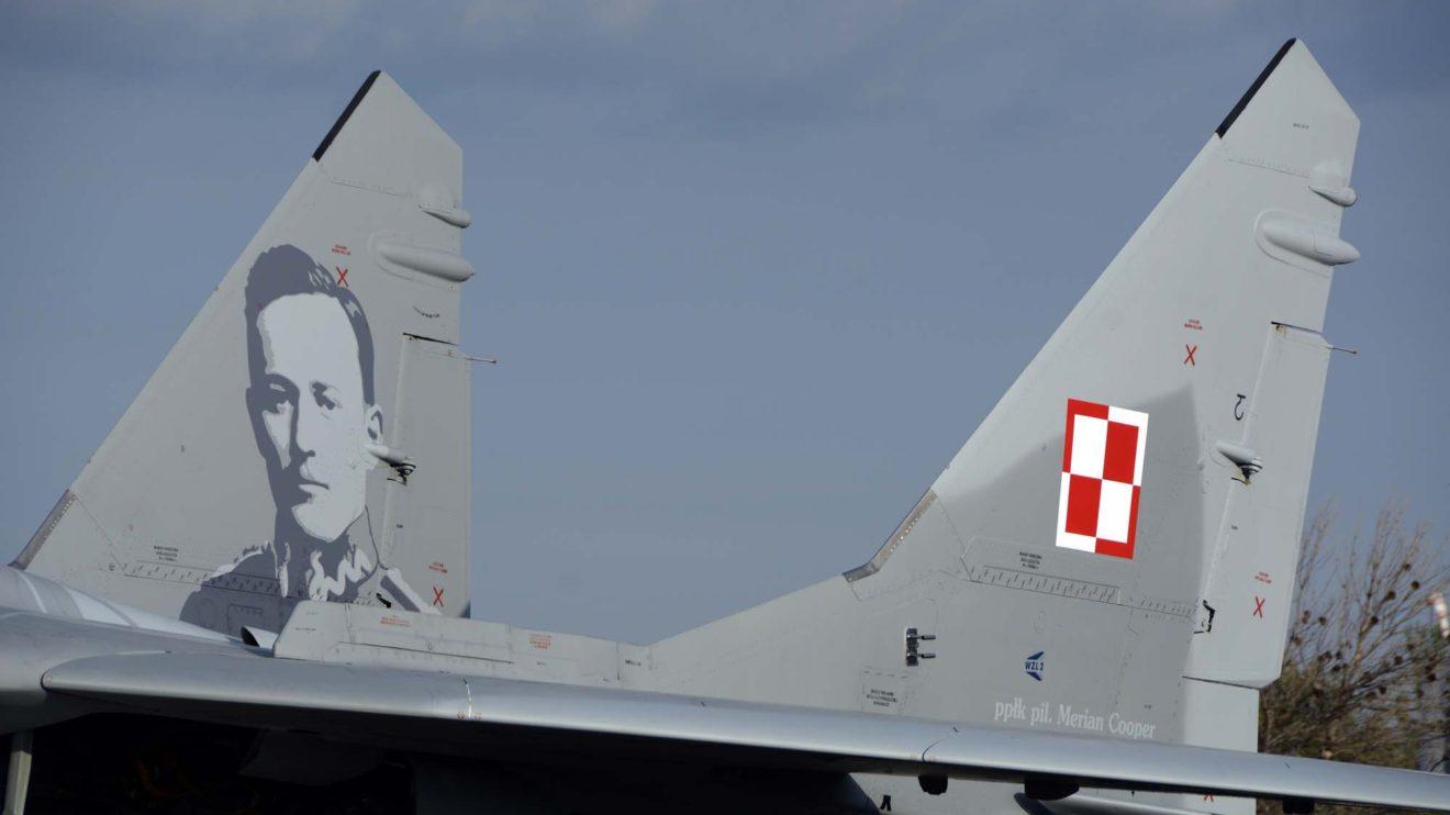 Los MiG-29 de la Fuerza Aérea polaca portan imágenes de diversos pilotos el Escuadrón de Kosciuszko en la cara interna de sus derivas verticales desde 2012.
