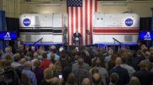 El vice presidente de EE.UU. Mike Pence se dirije a los empleados de la NASA en el Centro Ames.