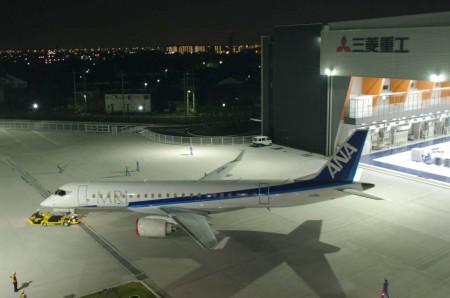 Traslado del quinto MRJ en la factoría de Mitsubishi en Nagoya.