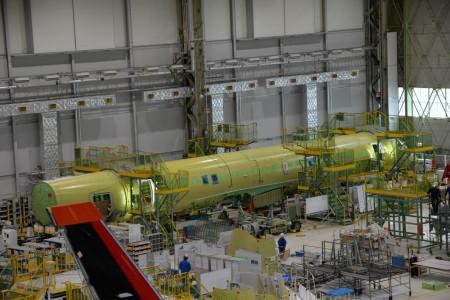 Célula de ensayos de fatiga del Mitsubishi MRJ en el hangar de montaje.
