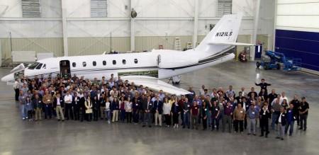 El personal de Mitsubishi y AeroTEC en Moses Lake con el Sovereign usado en las pruebas previas al programa de certificación.