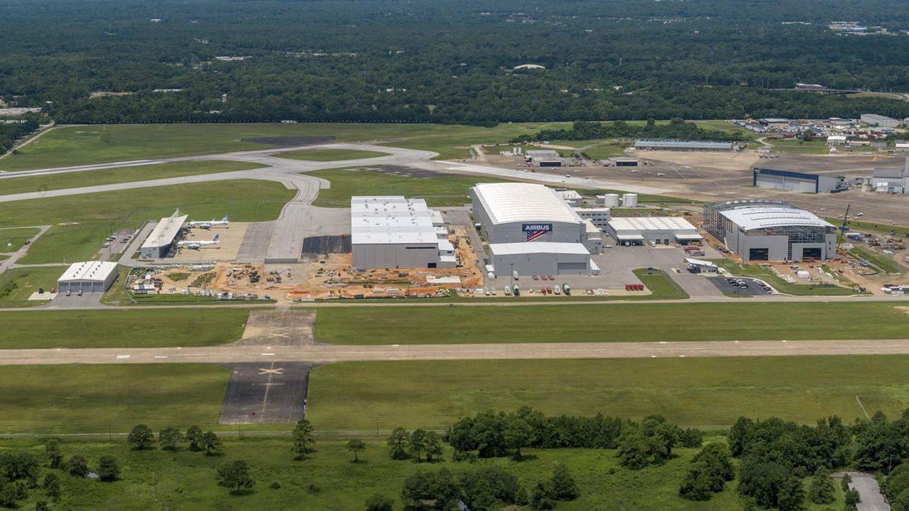 Vista aérea de las instalaciones de Airbus en Mobile, . A la derecha, todavía en construcción, el edificio que alberga la FAL del A220.