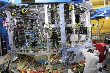 Con sus 4 metros de diámetro, el módulo de servicio pesa 13-000 kg listo para el lanzamiento, de los que más de la mitad corresponden a combustible.