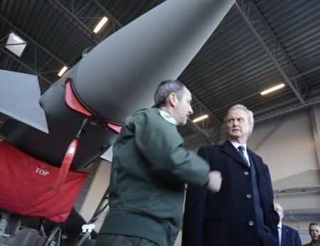 El ministro Pedro Morenés junto al teniente coronel Abel, jefe del destacamento Ámbar junto a uno de los Eurofighter del Ala 11 en Estonia.