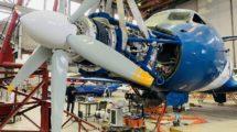 Instalación del motor eléctrico superconductor en el morro del Yak-40 de pruebas.