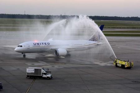 Arco de agua a la llegada del Boeing 787-8 N45905 de United a su llegada al aeropuerto George Bush de Houston