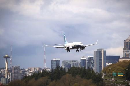El Boeing 737 MAX 9 en larga final a Boeing Field con la ciudad de Seattle como telón de fondo.