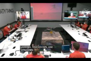 Celebración en el centro de control de la confirmación del vuelo de Ingenuity.