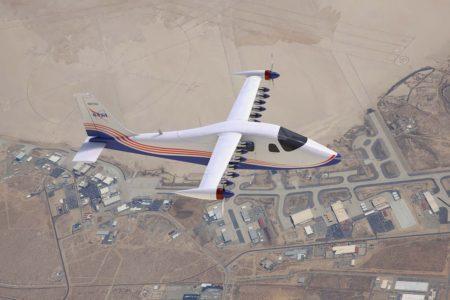 Aspecto que tendrá el X-57 en su configuración final. Se muestra en vuelo con los motores auxiliares parados y las hélices plegadas.