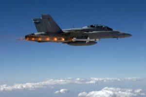 Lanzamiento de un misil AGM-88E desde un F-18.Lanzamiento de un misil AGM-88E desde un F-18.