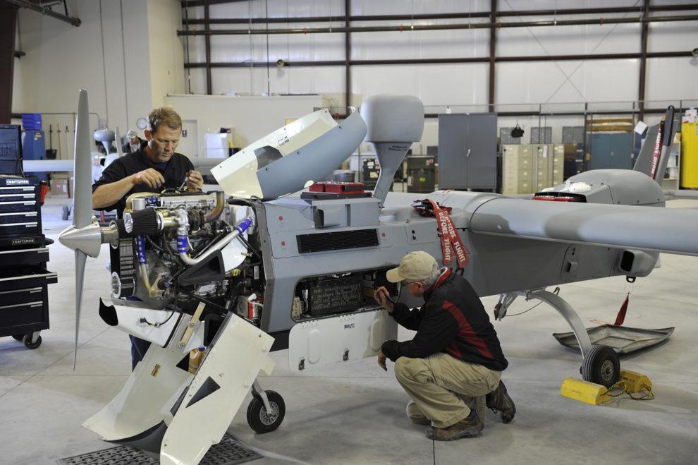 Trabajos de integración de sistemas de misión en un UAV MQ-5B Hunter en las instalaciones de Northrop Grumman.