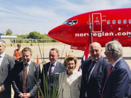 Los reyes de Noruega y directivos de Norwegian frente al Boeing 737-800 de Norwegian Argentina en Buenos Aires.