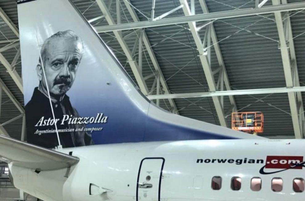 Astor Piazzolla en la cola del primer Boeing 737 de Norwegian Argentina.
