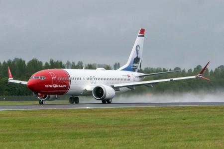 Despegue del Boeing 737 MAX 8 de Norwegian dedicado a sir Freddie Laker del aeropuerto de Edimburgo en su primer vuelo transoceánico.